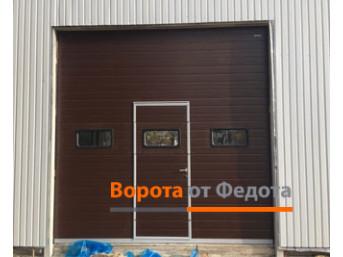 Промышленные секционные ворота с окнами и калиткой