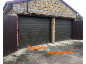 Установили пару гаражных секционных ворот марки ДорХан