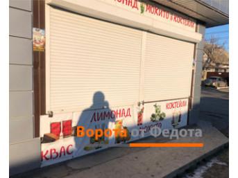 Защитные роллеты на витрине торгового павильона