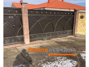 Распашные ворота и калитка из листовой стали с ковкой